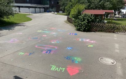 Kunst-Projekt: Kreide-Graffitis im Schulhof